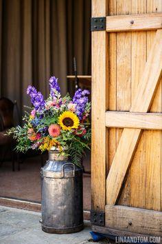 Wedding Tips: Have a Country Wedding - Wedding Tips 101 Barn Wedding Photos, Barn Wedding Venue, Outdoor Wedding Venues, Wedding Events, Barn Wedding Flowers, Wedding Sunflowers, Indoor Wedding, Wedding Pictures, Wedding Reception