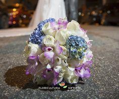 Buquê de Noiva redondo com Rosas e Orquídeas montado pela equipe da Floricultura Santana. #orquidea #buquê #buquêdenoiva