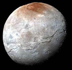 1er octobre. Photo couleur de Charon, la lune principale de Pluton, qui étonne avec son pôle coloré et son immense balafre équatoriale.