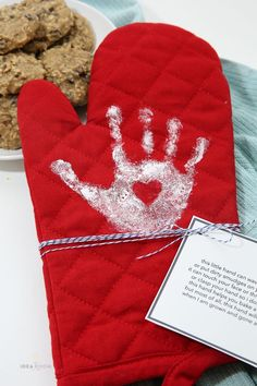 DIY Handprint Oven Mitt - Mother's Day Gift idea from MichaelsMakers The Idea Room