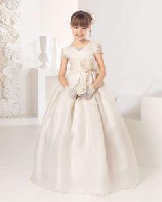 Vestido comunión clásico de esterilla fina de seda, en color marfil.