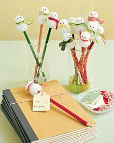 Van piepschuim balletje smaak je sneeuwmannetjes voor op kleurpotloden. Leuk om de kinderen mee aan de kersttafel te laten kleuren.