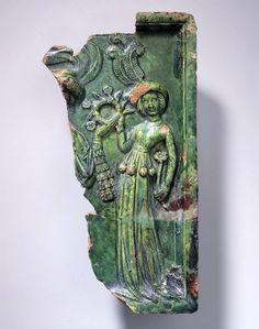 Reliefkachel LM-40941 /  Bruchstück einer Füllkachel mit Liebespaar mit Kranz, grün glasiert über weisser Engobe. Inhalt: Paar. Um 1425-1430. Herkunft: Effretikon (ZH), Moosburg Bodengrabung. 30,5x15,5 cm | SNM Sammlung