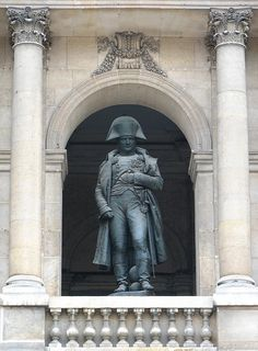 一生中僅到過巴黎一次 \ 正是志得意滿的時候 \ 出人意料的是, 當時坐在他身邊, 和他經歷偉大歷史時刻的, 不是什麼將軍或是領導人, 而是兩個建築人\   就在這天, 在巴黎傷兵院的臺階上 \ 這位對建築抱著畢生熱情的前下士, 在拿破崙的陵墓前徘徊許久