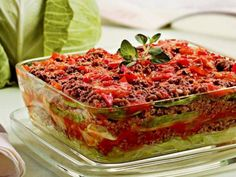LASANHA DE REPOLHO ingredientes 1 repolho grande 4 tomates 1 cebola 2 dentes de alho Pitadas de sal Pitadas de orégano Pitadas de pimenta-do-reino 400 gramas de carne moída 2 colheres de sopa de azeite 1/2 maço de salsa 1/2 maço de cheiro-verde modo de preparo cozinhe o repolho, juntando o sal, a salsa e…