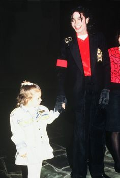 Michael Jackson, not sure who the little girl is tho, i'm assuming a fan lol.