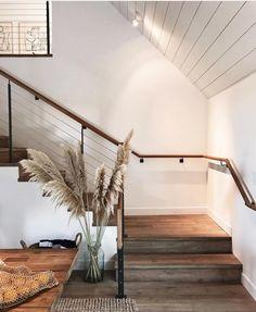 Treppen sind immer schwierig zu dekorieren, findet ihr nicht auch? . . #zhew #instahome #interior4all#scandinavian #howyouhome#interiordesign #homedecor#homesweethome #myhomevibe#myhome