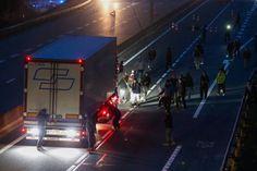 Blockade auf der Straße zum Hafen: Aufgebrachte Bewohner des Dschungels stoppen...