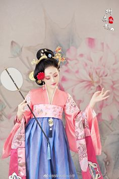 Neighborhood coming out outfit ~° Chinese Clothing Traditional, Traditional Fashion, Traditional Dresses, Geisha, Chinese Drawings, Bridal Headdress, China Girl, Chinese Architecture, Oriental Fashion