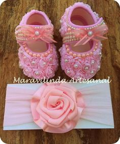 Lindos sapatinhos para princesinhas com muio estilo!! Numeração do 13 RN ao 15. Brinde uma faixinha personalizada com o estilo do sapatinho Baby Girl Shoes, Girls Shoes, Baby Nappy Cakes, Baby Christening Gowns, Baby Bling, Baby Sewing Projects, Baby Kit, Trendy Baby Clothes, Crib Shoes