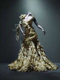 Um dos vestidos mais lembrados do estilista da coleção 2003