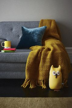 Stylisme chic et tendance - gris, bleu pétrole et jaune moutarde  #homedesign #interior #interiordesign #livingroom #sofa #yellow #grey