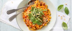 Tagliatelle in een romige saus van gegrilde paprika en kaas, een makkelijk en lekker vegetarisch recept!