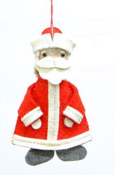 色違いのフェルト地を利用して手作りされたサンタクロースのクリスマスツリー飾り。ストラップとしてアクセサリーにも。  サイズ:15 cm x 9 cm x 3 cm カラー:ホワイト/ レッド