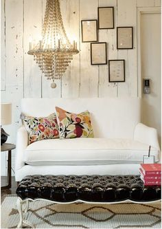 stunning walls, fabulous chandelier, patent leather ottoman...yes please
