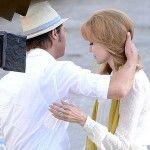 Pasangan selebriti terkenal Bradgelina yang baru saja resmi menikah Agustus lalu kini terlihat sibuk syuting film arahannya sendiri, By The Sea di Malta.  Foto di atas menampilkan keduanya sedang melakukan sebuah adegan film yang juga direkam paparazzi yang tak jemu mengejar dimana Brad Pitt dan Angelina berada.