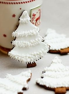 white christmas tree cookies ( icing over gingerbread ) Christmas Tree Cookies, Christmas Sweets, Christmas Cooking, Noel Christmas, Christmas Goodies, Holiday Cookies, Holiday Treats, White Christmas, Gingerbread Cookies