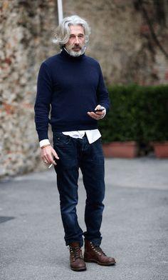 タートルネックとシャツのレイヤードスタイル