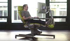 La scrivania del futuro, che sarà commercializzata (a un prezzo base di 3900 dollari) si chiama Altwork Station e assomiglia a una poltrona del dentista. Permette di far riposare completamente la schiena, inclinandola in varie versioni, continunando ad avere a disposizione - con un solo movim