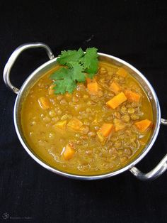 CO POTREBUJETE:     150ml hnedej sosovice   3 stredne velke mrkvy   1 lyzicu ghee   2 velke cibule   1 zelena chilli papricka   ½ lyz...