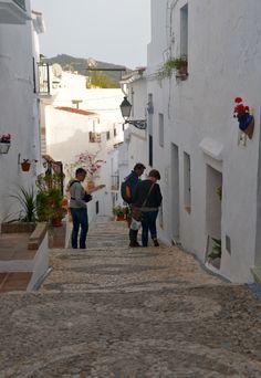 Frigiliana...een dorp met allemaal smalle straatjes en steegjes, volop bloemen en mooie doorkijkjes. #demoeitemeerdanwaard