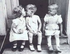 He is not kissing her and she is MAD at him!!!!!!! LOL!!  Él no la besa y ella está AMARGA!!!!