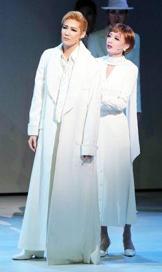 「死の棘」の劇中場面から。主人公エロール(愛月ひかる、左)とヒロインのフリーダ(遥羽らら)