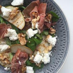 Deze salade met gegrilde peer en geitenkaas is super lekker en gezond! Hij is easy om te maken en lekker skinny! Lekker en gezond eten hoeft helemaal niet ingewikkeld te zijn!Deze frisse en voedzame salade met gegrildepeer en geitenkaas staat in een handomdraai op tafel.Heerlijk met een stukje spelt of volkoren stokbrood. Perfect voor je workout aangezien hij licht verteerbaar is en gezonde vetten bevat. Salade met gegrilde peer en geitenkaas (2 personen) Wat heb je nodig: – grillpan – 1…