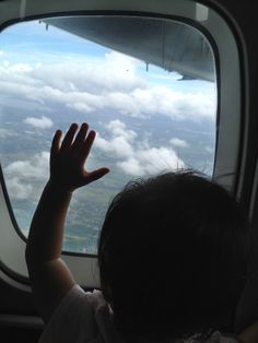 45 Tips for Flying With Kids - plan on having my lap top with plenty of his favs to watch :-) Travel Toys For Toddlers, Travel With Kids, Parenting For Dummies, Parenting Hacks, Baby On Plane, Flying With A Baby, Disneyland California, Disney World Vacation, Travel Activities