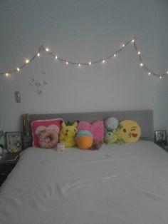 #DIY #RoomDecor ❤🌹  Co trzeba mieć do zrobienia takiego pokoju: -Kremowy koc ( może teżbycć kolorowy odwrócony na drugą stronę )  -Kolorowe poduszki  -Jakieś pluszaki  -ŚWIATEŁKA NA ŚCIANE .  -Możecie też przykleić papierowe motylki na ścianę  ...... I GOTOWE !