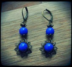 Boucles d'oreilles dormeuses fleur en filigrane de laiton et perles bleues : Boucles d'oreille par c-moi-k-fee Bijoux Shabby Chic, Ear Rings, Wire Jewelry, Drop Earrings, Etsy, Blue Pearl, Brass, Ears, Beads