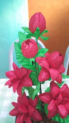 arranjo de flores a piadinha em eva ,cada arranjo tem 4 flores e 2 botão da flor ,vem com um jarro de plástico, de cor preta