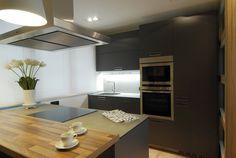 SANTOS kitchen. Cocina Ariane | Santos Estudio Bilbao. Kitchen Dining, Kitchen Island, Interior Design, Table, House, Furniture, Home Decor, Bilbao, Kitchen Showrooms