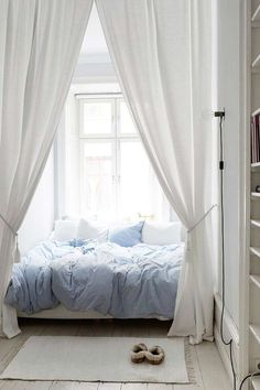 ideas for small rooms women cozy 22 Romantic Bedroom Ideas That Set the. ideas for small rooms women cozy 22 Romantic Bedroom Ideas That Set the Mood dekorieren Couple Bedroom, Small Room Bedroom, Cozy Bedroom, Trendy Bedroom, Bedroom Colors, Bedroom Apartment, Home Decor Bedroom, Modern Bedroom, White Apartment