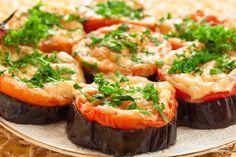 Ароматные запеченные баклажаны с помидором и сыром