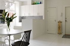 This 70 square meters apartment has been decorated with taste.Putting in perspective gray tones on a white background.Gray and white wallpapers with diffe