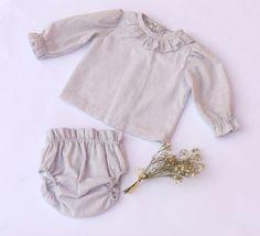 Conjunto primera puesta Colección Inés, elaborado en plumeti de color gris y forrado en batista blanca.