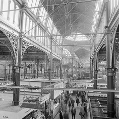 Leeds City Market,  Vicar Lane, Leeds, West Yorkshire : The interior of Leeds City Markets showing the cast iron columns supporting the roof structure above the stalls Photographer:John GayDate Taken:1962 - 1972