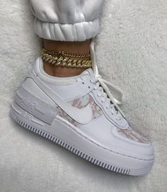 Nike Air Force 1 Shadow x Dior Custom Frauenschuh weiß 📸 fanamss Dr Shoes, Hype Shoes, Me Too Shoes, All Nike Shoes, Shoes Heels, Jordan Shoes Girls, Girls Shoes, Sneakers Fashion, Fashion Shoes