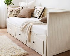 Ikea Hemnes Day Bed I REALLY want this, drawers for storage and the side pulls out to form a sleepover/guest bed! Cama Ikea Hemnes, Hemnes Day Bed, Deco Studio, Guest Room Office, Guest Rooms, Office Bed, Shared Office, Declutter Your Home, My New Room