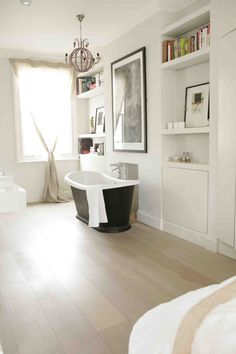 Anita Kaushal's London Home.... I don't usually like bathtubs, but this one is awesome