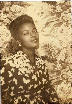 While primarily known for his stellar early color photographs of African American entertainers, Van Vechten also took portraits of lesser-known or unnamed friends, family and everyday people. Vintage Black Glamour, Look Vintage, Vintage Beauty, Vintage Ladies, Vintage Hair, Vintage Floral, Vintage Photo Booths, Photo Vintage, American Women