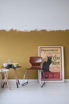 Afgelopen jaar hebben Verine en Ben, hele goede vrienden van ons, een appartement gekocht in Amsterdam. Van een studentenkamer van 20 m2,... Living Room Colors, Bedroom Colors, My Living Room, Interior Design Living Room, Half Painted Walls, Steel Bed Frame, Flat Interior, Vintage Room, Wall Colors