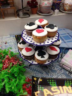 Cupcakes de chocolate y vainilla rellenos de dulce de leche y decirados con fondant.