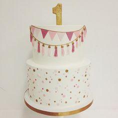 Adorei esse bolo para o primeiro aniversário de menina, super bonito e diferente! Por @sweetnsaucyshop  #kikidsparty