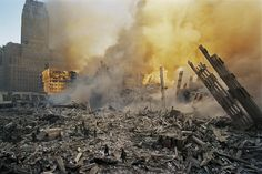 James Nachtwey : ses photos stupéfiantes et non publiées du 11 septembre James Nachtwey, 11 September 2001, Grandes Photos, North Tower, A Day To Remember, World Trade Center, American History, Firemen, Forget