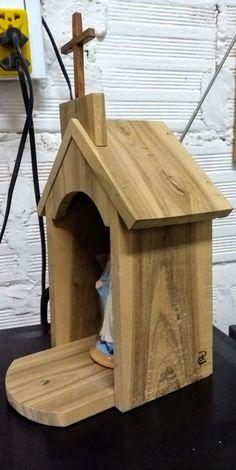 Oratório artesanal, totalmente à mão Diy Wood Projects, Wood Crafts, Woodworking Projects, Bird Houses Painted, Bird Houses Diy, Prayer Garden, Bird House Feeder, Baptism Candle, Home Altar