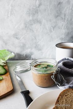 This pâté is very easy to make with only a few ingredients! A creamy spread that will take your breakfast to a whole new level! Chicken Liver Pate, Chicken Livers, Olive Spread, English Food, Slice Of Bread, Few Ingredients, Caramelized Onions, Fresh Herbs, The Fresh
