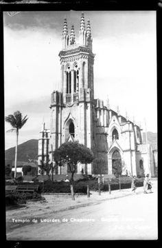 Templo de Lourdes de Chapinero (Bogotá) . Foto 1 | banrepcultural.org Japan Spring, Colombia Travel, Spring Time, Good Times, Notre Dame, Travel Inspiration, Building, Vintage, Bogota Colombia