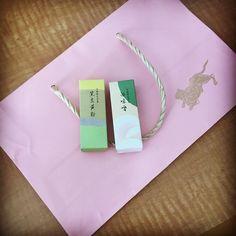 いいね!16件、コメント1件 ― Rii-rii-rii-さん(@riecou)のInstagramアカウント: 「うちのお土産に、とらやさんで、白味噌/黒豆きな粉の羊羹を購入 こんな、かわいらしいピンクの限定袋に入れてくれました  #旅行中 #intrip #お土産 #toraya #虎屋 #羊羹」